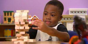 El primer niño en recibir un doble trasplante de manos, puede escribir y preparar el almuerzo