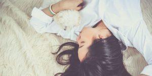¿Mucho trabajo y poco tiempo para dormir? mejora tu sueño con estos 4 consejos