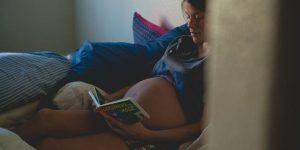 Embarazadas: Dormir de lado para reducir el riesgo de muerte fetal