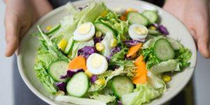 ¿Quieres atraer a una mujer? Come ensaladas: Las frutas y verduras hacen que los hombres huelan más atractivo