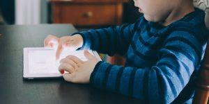 Los niños pasan demasiado tiempo frente a pantallas y esto está afectando su desarrollo