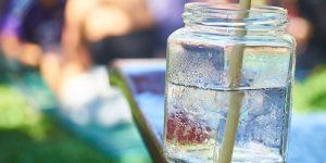 Siete sorprendentes beneficios de tomar agua caliente con un poco de limón por las mañanas
